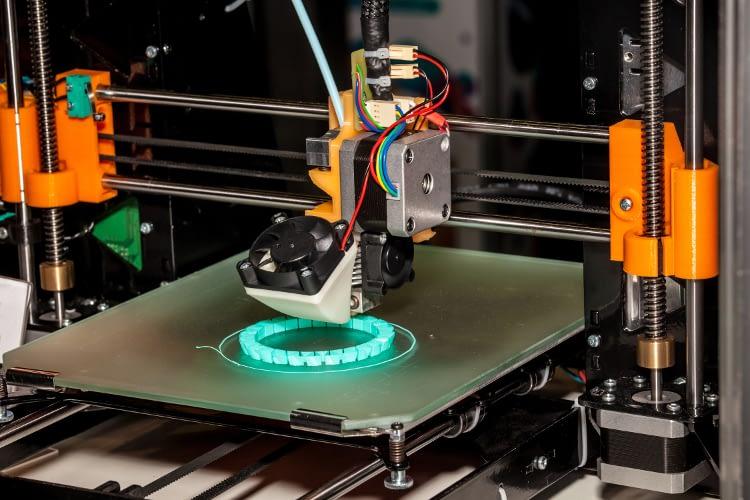 Das Bild eines 3D-Druckers der eine ringförmige Struktur druckt.