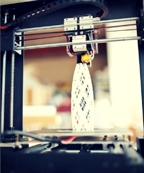Ein 3D-Drucker, der ein 3D-Modell erstellt.