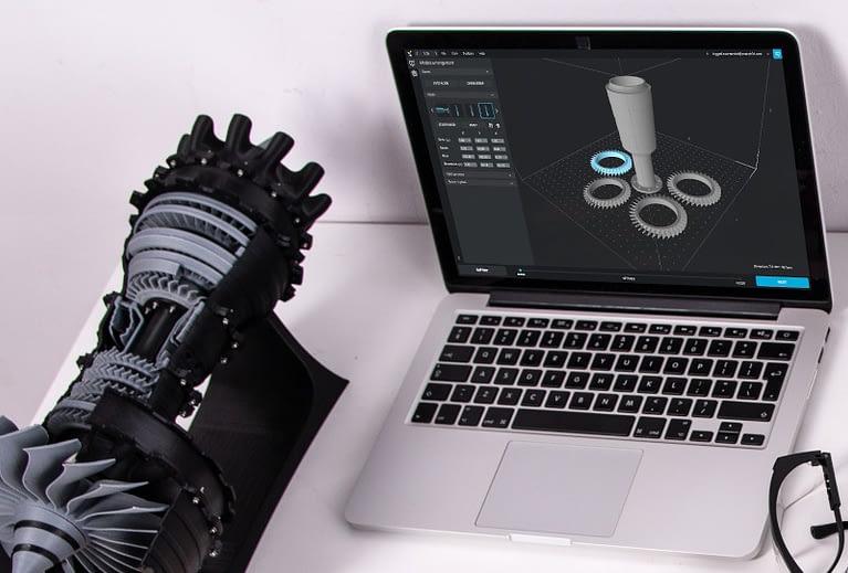 Ein Laptop an dem ein 3D Modell aus dem Maschinenbau in CAD bearbeitet wird