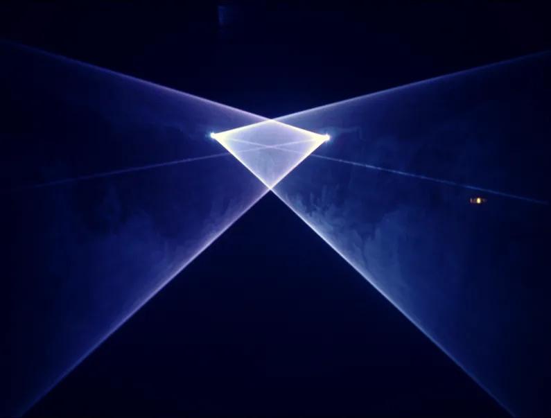 Scharf-konturierte Laserlinien scannen ein Objekt
