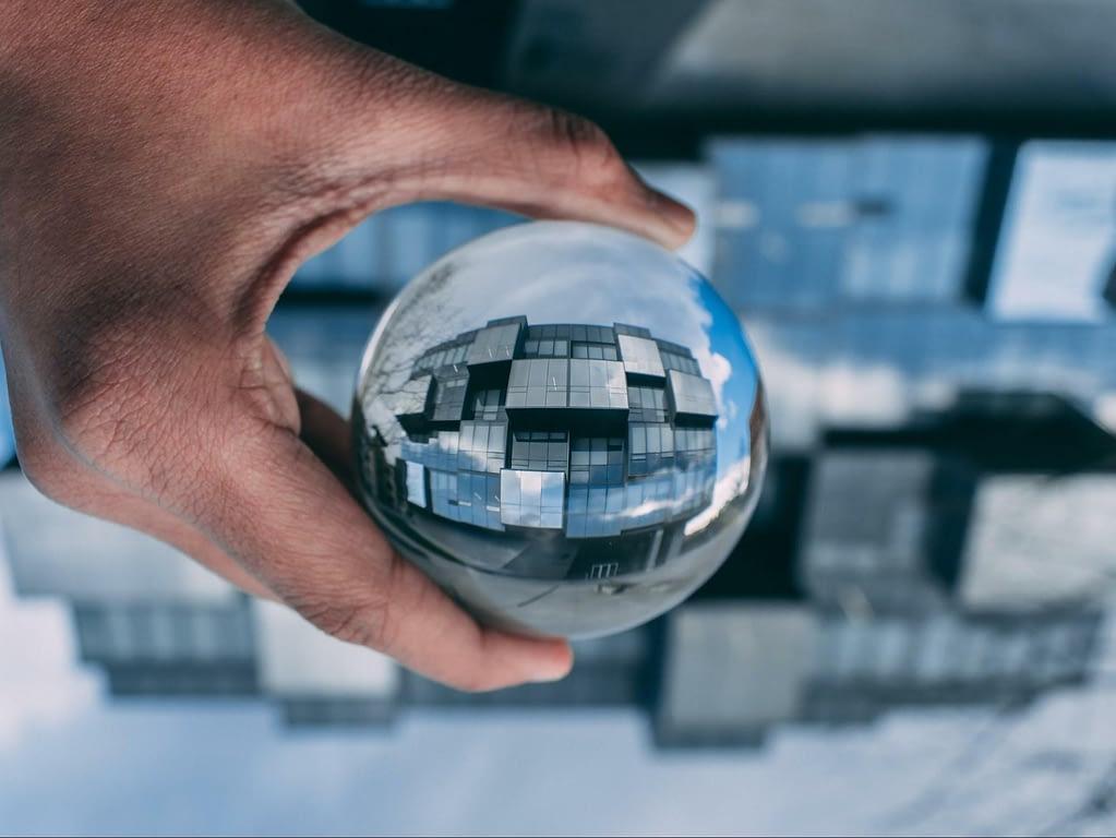 Eine Kugel in der die auf den Kopf gedrehte Spiegelung eines Gebäudes zu sehen ist