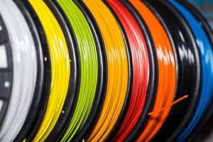 Verschiedenfarbige Plastikfilamente für den 3D-Druck