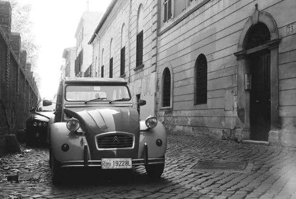 Ein schwarz-weiß Bild eines Citroën 2CV Oldtimer, allgemein bekannt als Ente.